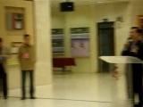 首屆兩岸當代百名女畫家精品邀請展」1日上午由邀請展籌備委員會主任委員梅可望、臺中市副市長蔡炳坤、文化局長葉樹姍暨藝術界大師及兩岸女畫家代表等人在臺中市立大墩文化中心舉行開幕剪綵儀式。  梅可望表示,這次邀請展非常難得,兩岸女性畫家「藝術無價、女性最大」令人感動。  籌劃此次展覽的籌備委員會主任委員梅可望表示,今天在此慶祝建國一百年,大陸亦慶祝辛亥革命一百年,在此歡欣鼓舞的日子,臺中市舉辦「首屆兩岸當代百名女畫家精品邀請展」非常難得,此次大陸女畫家來了三十位,九位來自北京,二十一位來自杭州,兩岸女性畫家「藝術無價、女性最大」令人感動。會後並由14位兩岸名女畫家現場揮毫,並由邱敏華、陳麗雀、許瑞月 三位老師作品贈送臺中市立大墩文化中心典藏。  「首屆兩岸當代百名女畫家精品邀請展」從100年1月1日-100年1月6日在臺中市立大墩文化中心 大墩藝廊展出,首站在台中市展出,1/8巡迴至臺北市國父紀念館,4、5月間將在大陸再次展出。此展由臺灣發展研究院與大陸「洛陽女子書畫院」共同策辦,邀請132位兩岸優秀傑出女畫家,有國畫、油畫、水彩畫及膠彩畫等類,技法由工筆至寫意多元呈現,各具風格,藉以突顯女性畫家在藝術界卓越之才華,展現兩岸當代資深傑出女畫家的藝術魅力。