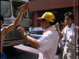 < 前一部影片: 迎神賽會,乩童穿長銅針,搖搖擺擺,大顯神威。